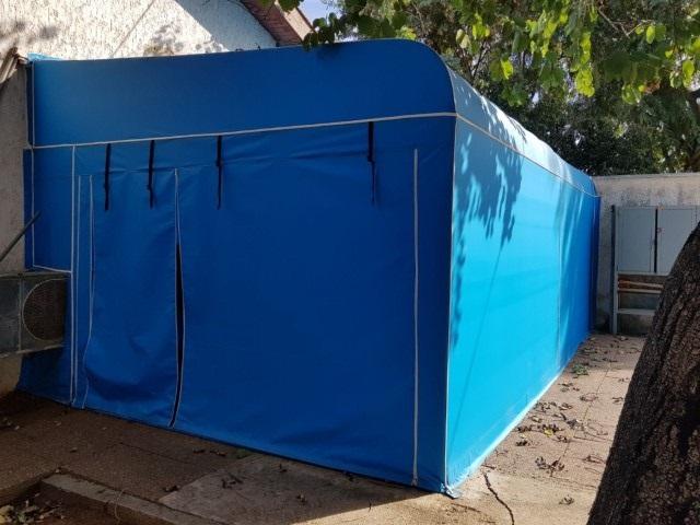 סגירת חורף עם סוכך קבוע עליון מסביב הכל אטום משמש כחדר איחסון ומחסן בחצר