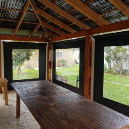 סגירת פרגולה עם חלונות ואפשרות פתיחה עם מנגנונים מיוחדים