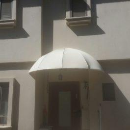 סוכך מעוצב לכניסה של בית