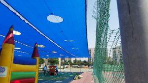 רשתות נגללות מעל מגרש טניס