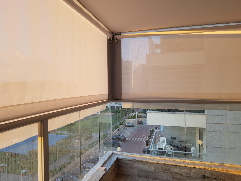 סגירת מרפסת עם מסך בד חשמלי